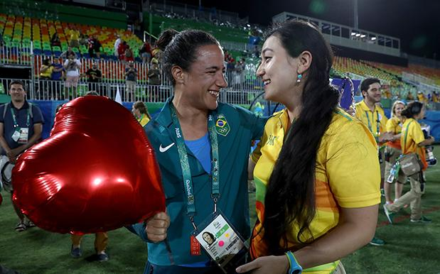 A Rio Volunteer Proposed To Her Rugby Player GF & Our Hearts Cannae Take It