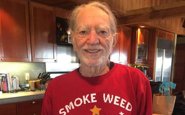 O TANNENBONG: Snoop Dogg Gave Willie Nelson An Adorable Xmas Weed Jumper