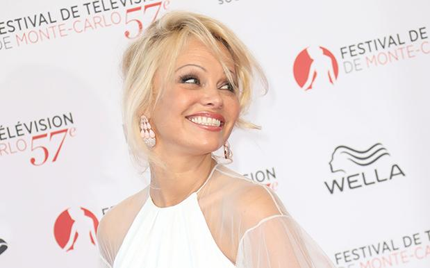Pamela Anderson Is Trying To Free Julian Assange Via A Vegan Cafe In France