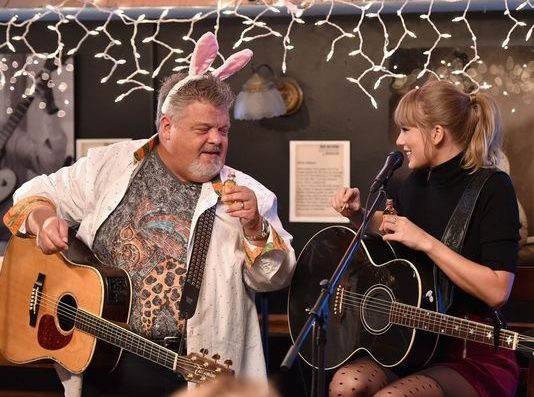 Taylor Swift Did A Lil' Performance At The Same Cafe She Was Discovered In